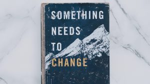 Buchcover: Something needs to change